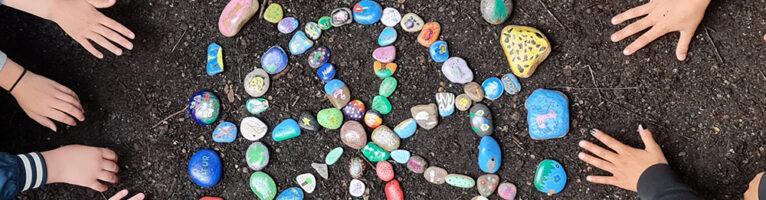 Bunte Steine auf dem Schulhof